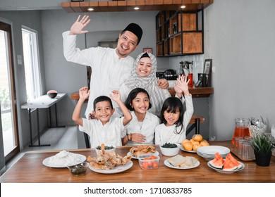 断食を断ち切るイスラム教徒のアジア系家族