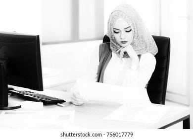 Muslim Business Woman Writing A Letter - Notes Or Correspondence Or Signing A Document Or Agreement