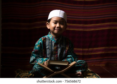 Muslim children read the Quran and ask for blessings