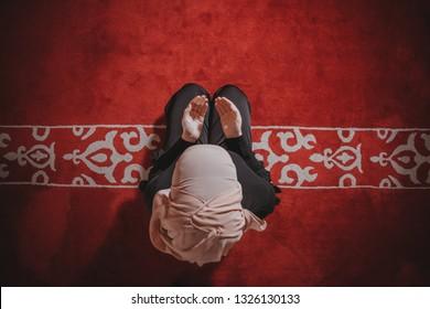 Muslim girl pray, Muslim girl reading Quran