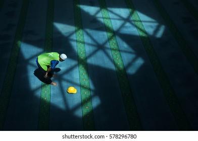 Muslim worker break his work for pray in mosque