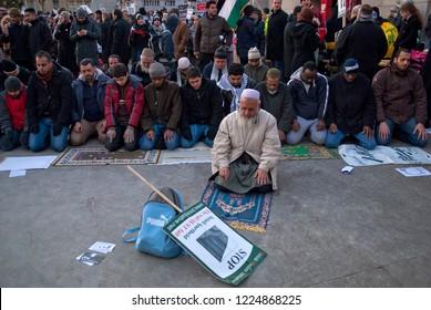 Muslims praying in Trafalgar square,  after protesting Gaza blockade by Israel /London/ 03/01/2009