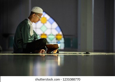 Muslims read the Quran in a mosque Read the sacred books of Muslims around the world, put on wooden boards.