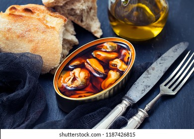 mussels in sauce with bread and olive oil