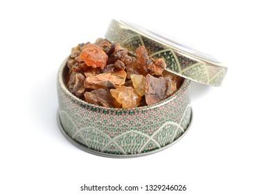 Myrrh ist ein natürliches Kaugummi oder Harz, das aus einer Reihe kleiner, dorniger Baumarten der Gattung Commiphora gewonnen wird, einzeln auf weiß,