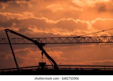 Żuraw wieżowy na budowie biurowca przy skrzyżowaniu ulic Nowohuckiej i Klimeckiego w Krakowie - Shutterstock ID 1682710306