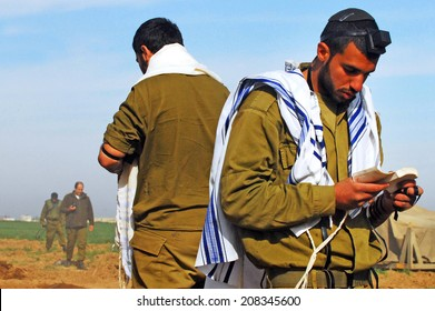 NACHAL OZ, ISR - DEC 29 2008:Israeli soldier prays during the final preparation of the IDF for a possible land incursion into Gaza strip  during cast lead operation.