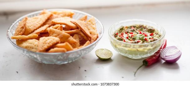 nachos with guacamole dip