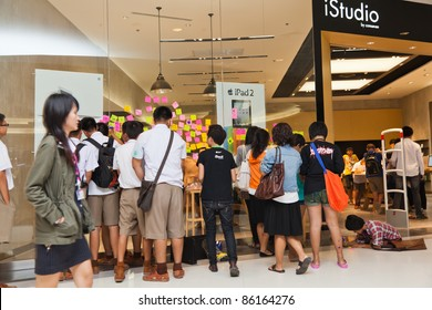 NAKHONRATCHASIMA, THAILAND - OCT 7 : Students and visitors write tributes to the late Steve Job on post-it-notes on iStudio glass wall on October 7, 2011 in Nakhonratchasima, Thailand.