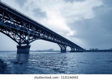 The Nanjing Yangtze River Bridge is the first bridge on the Yangtze River designed and built by China.