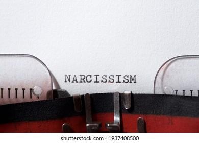 Narzissmus Wort geschrieben mit einer Schreibmaschine.