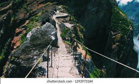 A narrow path through the bottomless canyon