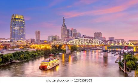 テネシーのダウンタウン、夕暮れ時のスカイライン、ナッシュビル