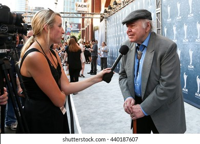 NASHVILLE, TN-SEP 1: Roy Clark (R) speaks to the media at the 9th Annual ACM Honors at the Ryman Auditorium on September 1, 2015 in Nashville, Tennessee.