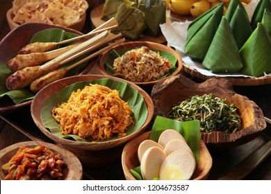 Nasi Jinggo. Balinese meal of rice and side dishes in small banana leaf parcels. Accompanied with extra, optional side dishes.