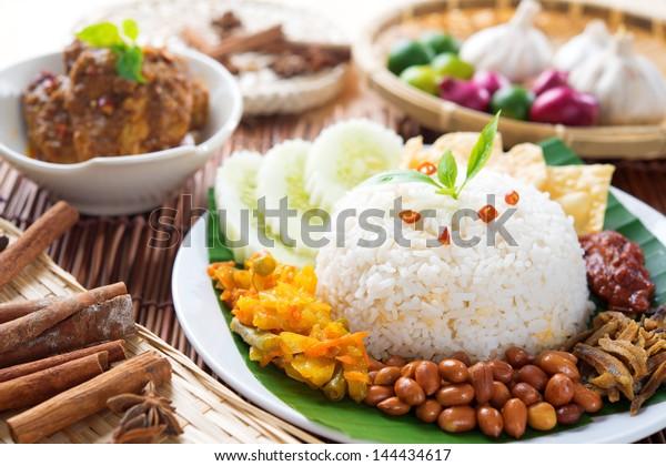 マレーシアの人気料理、ナシレマック。チキンレンダンと一緒に出されます。