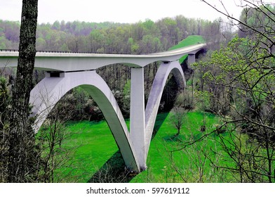 The Natchez Trace Parkway Bridge in Tennessee spans Birdsong Hollow, and was the country's first segmentally constructed concrete arch bridge.