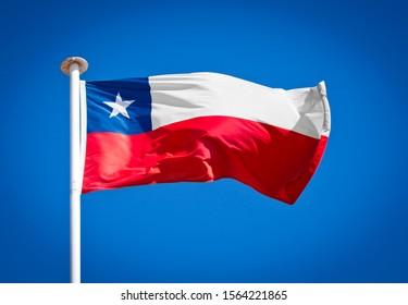 Drapeau national du Chili. Connue sous le nom de La Estrella Solitaria. Le drapeau de la Lone Star soufflant dans un vent fort contre un ciel bleu pur. Symbole du patriotisme national.