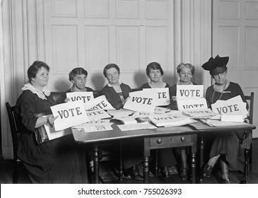 National League of Women Eleitores segurar placas de leitura, 'VOTE', 17 de setembro de 1924. Milhões de mulheres votaram em 1920 e 1924, mas em uma proporção menor do que os homens.