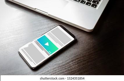Native Werbung und Programmorientierung - Strategie für produktübergreifende und mehrseitige Werbung. Smartphone mit Werbewirkung auf dem Bildschirm.