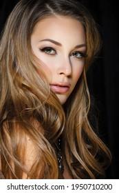 Natürliche Schönheit, Hautpflege und Haarpflege. Porträt eines schönen weiblichen Modells mit sauberem Gesicht einzeln auf schwarzem Hintergrund. Junge Frau zeigt gesunde, empfindliche Haut, nachdem sie Kosmetika und Make-up verwendet hat