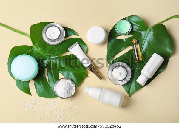 Natuurlijke cosmetica en bladeren op lichte achtergrond