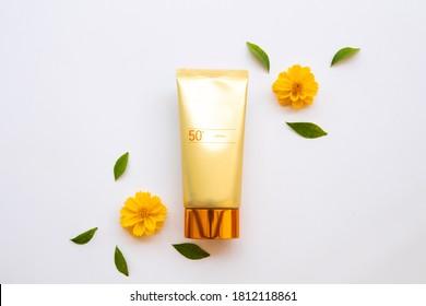 Naturkosmetik Sonnenschutzcreme spf50 Gesundheitsversorgung für Hautfalle mit Kosmos Blumen von Lifestyle-Frau Anordnung flach auf weißem Hintergrund