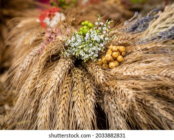 A natural decoration made of dried grain stalks and flowers.