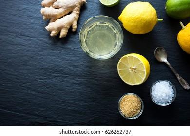レモネードに塩と生姜を加えた天然のアイソトニック飲料。黒い背景にコピー用スペースと香辛料レモネードと塩と生姜。平面図。
