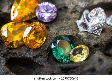 Naturstein, Juwel oder Edelsteine in schwarz glänzender Farbe, Sammlung von vielen Naturgemeinen auf Stein
