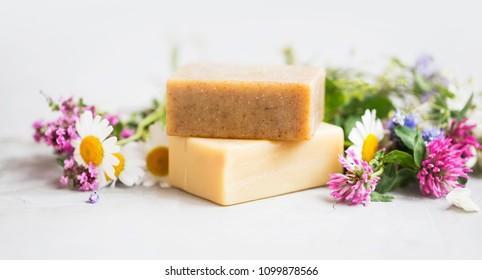 Natürliche Seifenbarren mit ätherischen Ölen und Pflanzenextrakten, handgemachte natürliche Seife