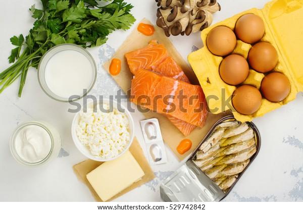 Fonti naturali di vitamina D e calcio. Sfondo alimentare sano. Vista dall'alto. Spazio per il testo
