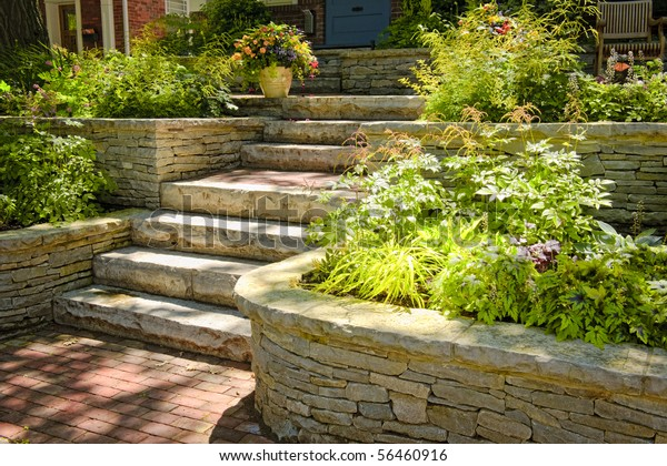 Natursteinlandschaft im Garten mit Treppe