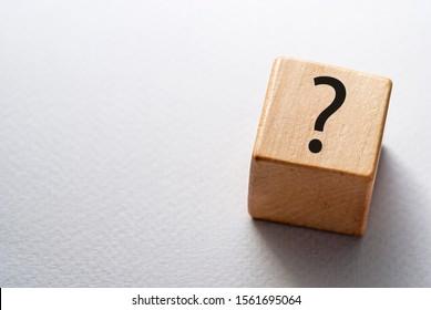 Würfel oder Würfel aus Naturholz mit Fragezeichen