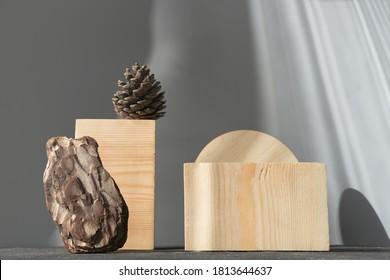 Naturholzpolster zur Produktpräsentation. Podestal oder Display für die Werbung. Kiefernzapfen und Kiefernrinde. geometrisches Podium. Szene mit geometrischen Formen. Leeres Schaufenster.