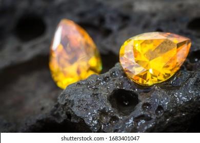 Natürlicher gelber Sapphire-Gemein, schöner gelber gelber goldener Zitronengemein einzeln auf weißem Hintergrund, als Schmuckhintergrund