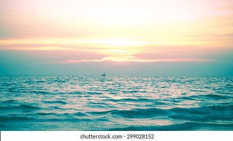 Naturhintergrund blauer Himmel mit Sonnenuntergang und dunkler, unscharfer Vintage