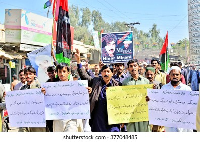 NAUNDERO, PAKISTAN - FEB 15: Activists of PP Shaheed Bhutto Group chant slogans worst Sui gas load shedding during protest demonstration at Benazir Bhutto Press Club on February 15, 2016 in Naundero.