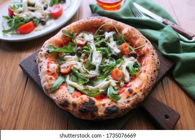 Pizza napolitaine au fromage stracciatella.