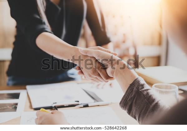 Verhandlungsgeschäft,Image der Geschäftsfrauen Handshaking, glücklich mit der Arbeit,die Frau, die sie mit ihrem Arbeitskollegen genießt,Handshake Gesturing People Connection Deal Concept