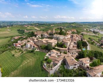 Die Stadt. Schöne italienische Landschaft. Aussicht von Langhe, italienisches Wahrzeichen. Weltkulturerbe der Unesco