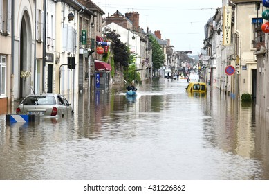NEMOURS - FRANCE, 2TH JUNE2016: view of people evacuated of floods by canoe