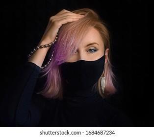 neón ilumina a una mujer con mascarilla quirúrgica contra el coronavirus que posa para un tiro de lujo de moda, una chica infectada con miedo a una enfermedad epidémica covid-19 portando máscara, paciente con mascarilla aislado en fondo negro