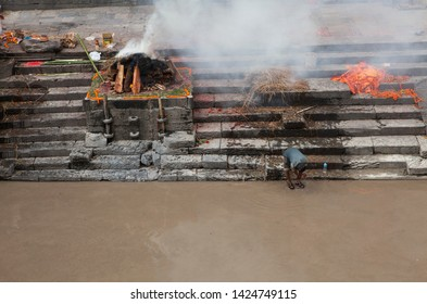 nepal katmandu pashupatinath hindu  temple 04-20-2019 dead body burning ceremony