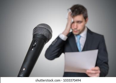 神经的人害怕公开演讲和出汗。 麦克风在前面。