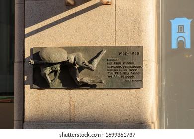 """Netherlands, The Hague - July 1, 2019: Jan H. de Groot: """"Hoort!  Het vrije woord  bedreigd, versmoord,  brengt in de nood  zijn vechters voort  tot aan de dood."""" 1940 - 1945"""