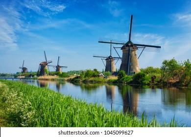 Holanda lanscape rural com moinhos de vento no famoso local turístico Kinderdijk na Holanda