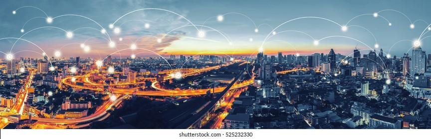 Network and Connection Technology Konzept mit Bangkok Expressway Draufsicht in Panorama bei Sonnenaufgang, Thailand.