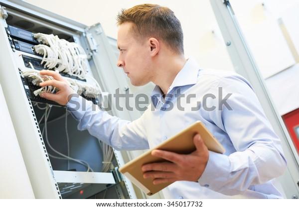 Netzwerkdienst. Netzwerktechniker prüfen Server-Hardware-Ausrüstung des Rechenzentrums