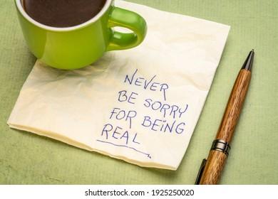 Es tut niemals leid, eine inspirierende Handschrift auf einer Serviette mit einer Tasse Kaffee, persönliches Entwicklungskonzept zu sein